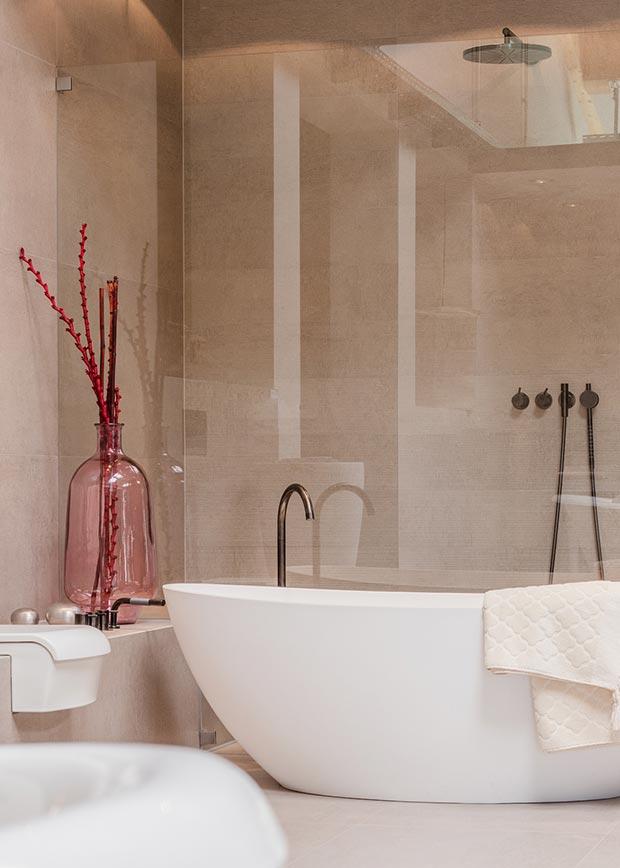 """Mittels modernster Produkte und Materialien interpretiert Michel Bäder das Thema """"Bade- zimmer"""" völlig neu und innovativ."""